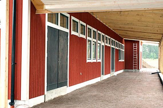 Skärmtak mellan varje huskropp sammanlänkar byggnaderna.