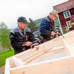 Det hänger på hantverkarna om det ska bli bra! Per-Olle Permångs och Leif Carlsson i full färd med att sy ihop en yttervägg.