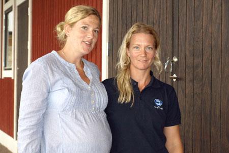 Systrarna Carolin Jasinski, till vänster, och Christin Carlberg driver verksamheten på Häggebylunds Gård.