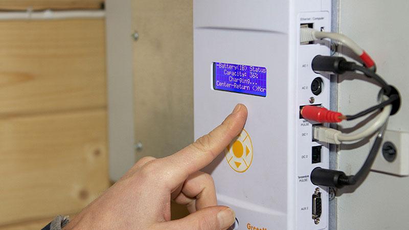 """Instrumenten i """"Furtebua"""" visar att batterierna laddas, även på en vindstilla dag i januari."""