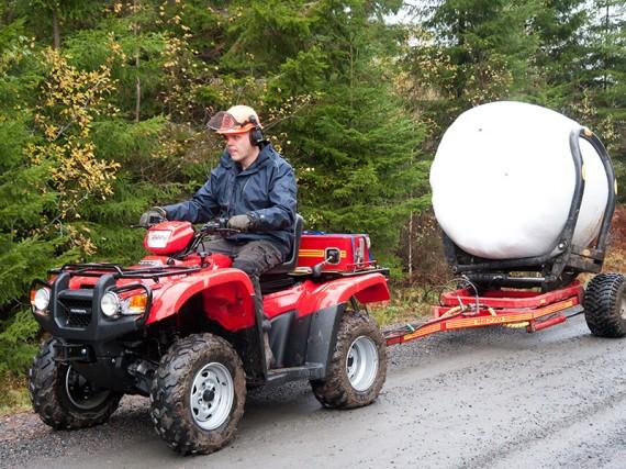 Så här på en grusväg i lagom fart är det givetvis inga problem med en traktorsits, bara att tuta och köra.
