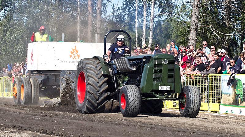 """Bertil Olsson och """"stridsvagnen"""" vid en tävling i Tullus utanför Krokom i somras."""