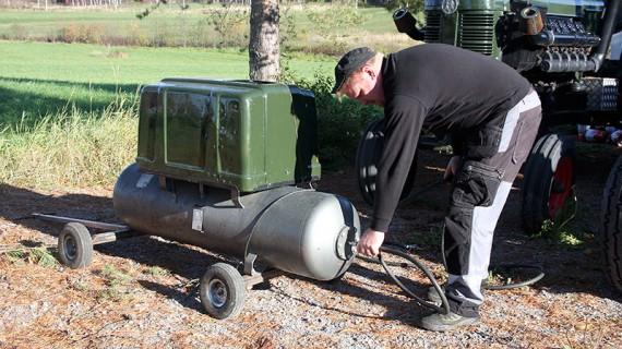 När Bertil ska starta upp sin Bison 470 använder han tryckluft.