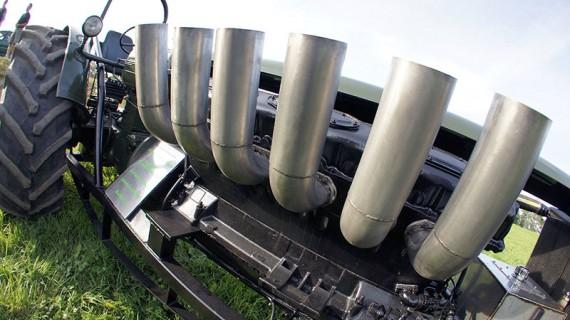 1000 hästkrafter gömmer sig innanför piporna och skalet till den ryska stridsvagnsmotorn.