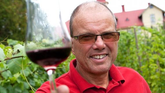 – Skål, säger Staffan Ottosson som har stora förhoppningar på sin vingård.