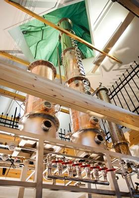 En extra hög kolonn krävs för rent brännvin. Därför blir det en glaskupol i taket.
