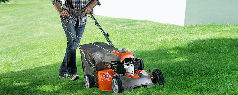 Ny robust gräsklippare med fyrhjulsdrift