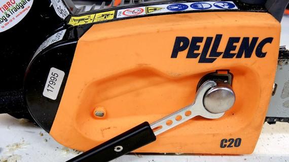 Den geniala kedjespänningen på Pellenc skulle vi vilja se på alla mindre sågar. Lossa skruven med det inbyggda handtaget så spänns kedjan automatiskt då svärdet är fjäderbelastat, sedan drar du bara åt igen.
