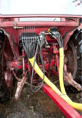 Så här enkelt kopplar du in hydraulpaketet på traktorn, och skulle det behövas finns det en extern hydraulpump att sätta på kraftuttaget.