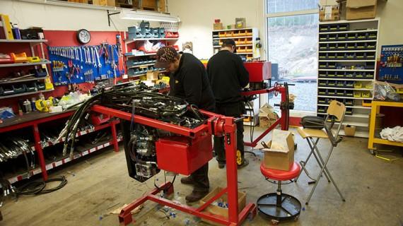 Här monteras all elektronik och hydraulik på motorplattan.