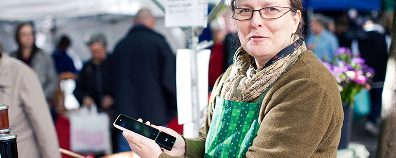 Carina Dalunde står ofta på Bondens marknad i Stockholm, där kortläsaren kommer väl till pass.