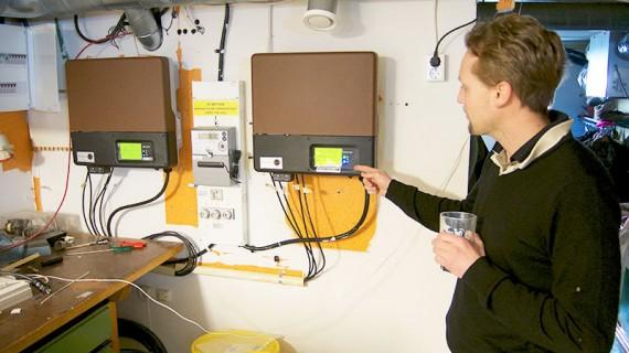 Här sitter husets två växelriktare på varsin inkommande fas. Solcellerna är uppdelade på strängar som ger max 8 Ampere, vilket innebär att man klarar sig med kabel på 4 kvadrat.