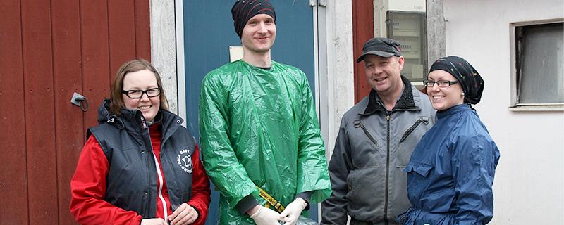 Slutet gott allting gott. Anja och Erik Bengtsberg pustar ut tillsammans med distriktsveterinärerna Erik Wasberg och Sofia Bäcklund.